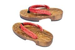 Fine sul vecchio sandalo giapponese di legno usato isolato su fondo bianco fotografia stock
