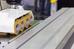 Fine sull'alimentatore automatico di potere della ruota per la macchina della taglierina del pannello del router di falegnameria  fotografie stock