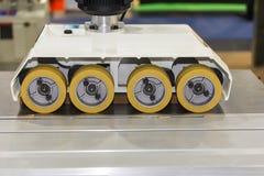 Fine sull'alimentatore automatico di potere della ruota per la macchina della taglierina del pannello del router di falegnameria  fotografia stock libera da diritti