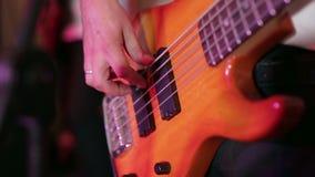 Fine sull'uomo che gioca chitarra elettrica stock footage