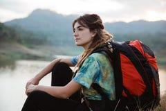 Fine sulla donna caucasica da solo che si siede lago laterale fotografie stock libere da diritti