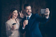 Fine sulla foto la sua signora di affari lui lui i suoi compagni del tipo tiene lo Smart Phone asportabile caldo dei braccia di m fotografie stock