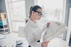 Fine sulla foto laterale di profilo bella lei il suo articolo fresco del lettore di stampa dei braccia di mani degli occhiali di  fotografia stock libera da diritti