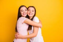 Fine sulla foto laterale due persone di profilo belle lei suo abbracciare pieno dei compagni di amicizia di sensibilità di emozio fotografia stock libera da diritti