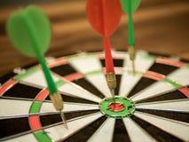 Fine sulla freccia rossa del dardo che colpisce nel centro dell'obiettivo del bersaglio, metafora per mirare al successo, concett fotografia stock libera da diritti