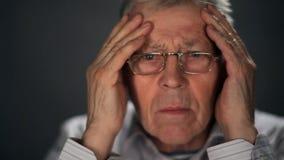 Fine sulle notizie senior grigio-dai capelli dei wathes TV stock footage