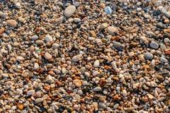 Fine sulle pietre della spiaggia sulla spiaggia Alba di estate sulla costa, isola di Corf?, Grecia Mare ionico della spiaggia wal fotografia stock