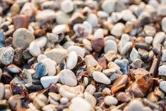 Fine sulle pietre della spiaggia sulla spiaggia Alba di estate sulla costa, isola di Corf?, Grecia Mare ionico della spiaggia wal fotografie stock libere da diritti