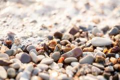 Fine sulle pietre della spiaggia sulla spiaggia Alba di estate sulla costa, isola di Corf?, Grecia Mare ionico della spiaggia wal fotografie stock