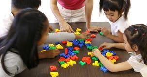 Fine sullo studente che gioca insieme puzzle di alfabeto stock footage