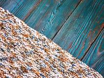 Fine tricottata del plaid del tappeto del prodotto su di fibra di verde di legno di marrone del pavimento del bordo del fondo del Fotografie Stock Libere da Diritti