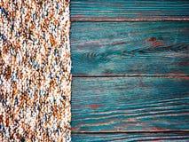 Fine tricottata del plaid del tappeto del prodotto su di fibra di verde di legno di marrone del pavimento del bordo del fondo del Fotografie Stock