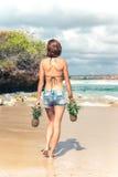 Fine tropicale sexy di estremità della donna su con la frutta esotica dell'ananas sulla spiaggia dell'isola di paradiso di Bali D Fotografia Stock