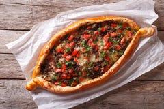 Fine turca calda di pide della pizza su sulla tavola La cima orizzontale rivaleggia Immagine Stock Libera da Diritti