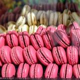 Fine variopinta francese dell'assortimento dei macarons su Fotografia Stock Libera da Diritti