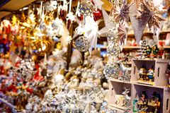 Fine variopinta sui dettagli del mercato giusto di natale Decorazioni delle palle da vendere Mercato di natale in Germania con tr immagini stock libere da diritti