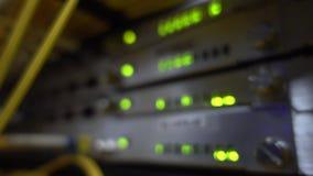 Fine verde del cavo di Optcial su Il lampeggio dello scaffale del server ha condotto verde Scaffale vago del server video d archivio