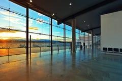 Finestra al corridoio di partenze dell'aeroporto di Valencia. fotografia stock