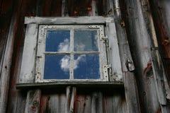 Finestra alla vecchia, casa di legno in Norvegia Fotografie Stock
