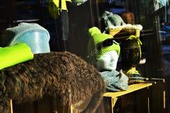 Finestra in alpi svizzere, La Tzoumaz del negozio dello sci Immagine Stock