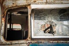 Finestra anteriore rotta sul vecchio bus Fotografie Stock
