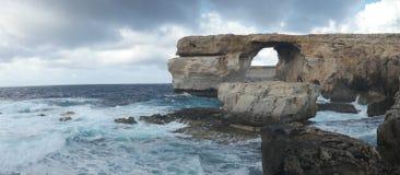 Finestra azzurrata, arco di pietra famoso sull'isola di Gozo, Malta Fotografia Stock