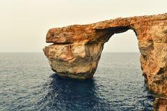 Finestra azzurrata, scogliera incurvata nell'isola di Gozo, Malta Fotografia Stock Libera da Diritti