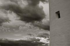 Finestra in bianco e nero del faro con le nuvole Fotografia Stock