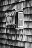 Finestra in bianco e nero sulla cabina rustica Immagine Stock