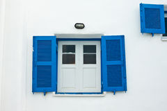Finestra blu sulla parete bianca Fotografie Stock Libere da Diritti