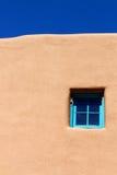 Finestra blu sulla parete dell'adobe Fotografia Stock