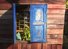 Finestra blu sulla parete di legno Fotografia Stock