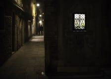 Finestra brillantemente accesa in un vicolo alla notte Fotografie Stock