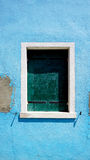 Finestra in Burano sulla parete blu di decadimento immagine stock libera da diritti