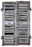 Finestra chiusa con i vecchi otturatori di legno immagine stock