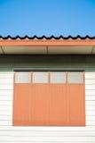 Finestra chiusa della casa di legno verde Fotografie Stock