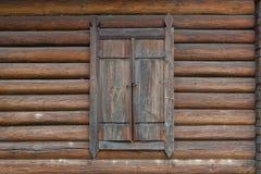 Finestra chiusa sulla casa di legno Fotografie Stock Libere da Diritti