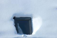 Finestra circondata da neve nell'orario invernale Immagine Stock