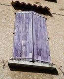 Finestra colorata tipica a Moustiers Sainte-Marie in Provenza, franco immagini stock libere da diritti