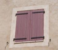 Finestra colorata tipica a Moustiers Sainte-Marie in Provenza, franco immagine stock libera da diritti