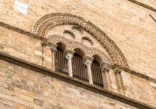Finestra con gli intarsi della pietra della lava del palazzo Steri Chiaramonte, Palermo, Sicilia, Italia fotografie stock libere da diritti