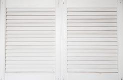 Finestra con gli otturatori di legno bianchi Fotografia Stock