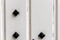Finestra con gli otturatori di legno bianchi chiusi Immagine Stock Libera da Diritti