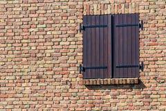 Finestra con gli otturatori di legno su vecchia muratura a Bruges, Fiandre, Belgio Immagine Stock