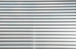 Finestra con i ciechi orizzontali immagine stock libera da diritti