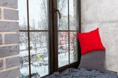 Finestra con il davanzale nella camera da letto nello stile del sottotetto, fuori del Fotografie Stock