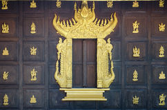 Finestra con il palazzo di legno della parete di re Fotografie Stock
