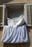 Finestra con le coperte da letto Immagine Stock