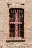Finestra con le grate rosse fotografia stock libera da diritti