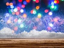 Finestra congelata con le luci di Natale colorate vaghe Fotografia Stock
